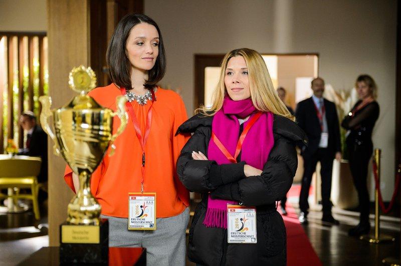 Jenny (Kaja Schmidt-Tychsen, l.) betrachtet gemeinsam mit Diana (Tanja Szewczenko) den Pokal der Deutschen Meisterschaft. Sie ist fest entschlossen, es ihrer Mutter zu beweisen und die DM mit Michelle zu gewinnen. – Bild: RTL Passion