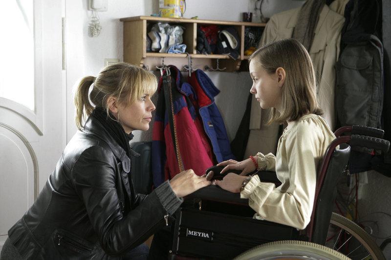 Klara (Mathilde Hannah Bundschuh, r.) ist beunruhigt, weil ihre Mutter verschwunden ist. Ina (Melanie Marschke, l.) beruhigt das Mädchen. – Bild: ZDF und Uwe Frauendorf