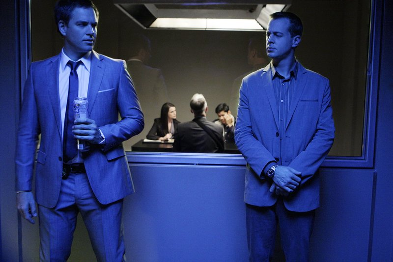 Versuchen, einen neuen Mordfall aufzuklären: McGee (Sean Murray, r.) und Tony (Michael Weatherly, l.) ... – Bild: CBS Television Lizenzbild frei
