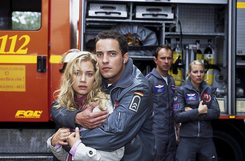 Jonny (Patrick Wolff, 2.v.l.) hält Tatjana (Nina Juraga, l.) davon ab, wieder ins Haus zu laufen, da deren Ex-Mann das Gas im Keller aufgedreht hat. – Bild: ZDF und Boris Laewen.
