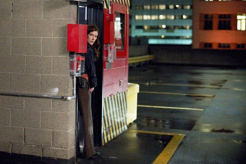 Jessica King (Amy Price-Francis) geht ein großes Risiko ein, um die verdeckte Ermittlerin aus den Fängen der Waffenschmuggler zu retten. – Bild: TVNOW / KING FILM PRODUCTIONS II / BETA FILM
