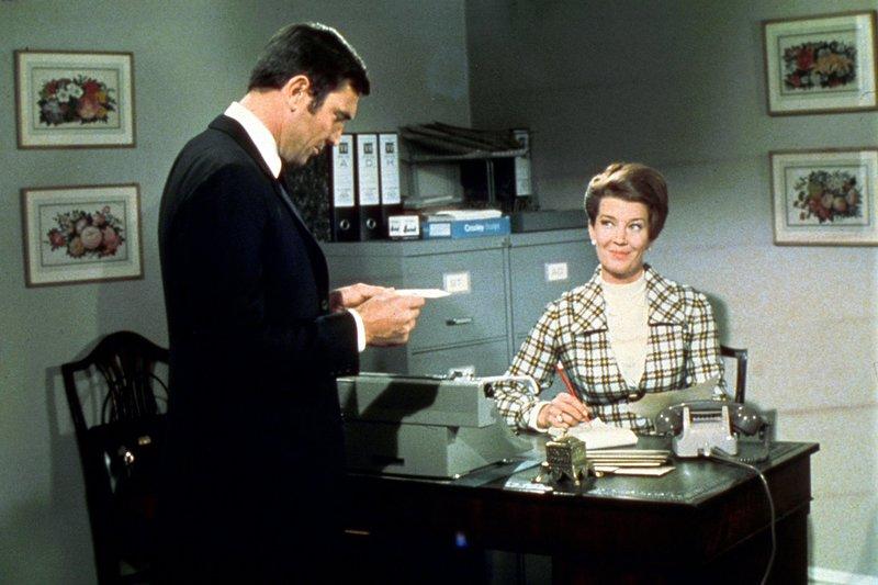 George Lazenby, Lois Maxwell. – Bild: ORF 1