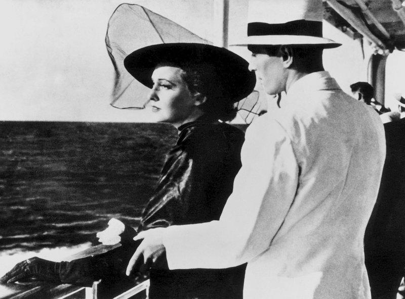 Die schöne Schwedin Astree (Zarah Leander) hat schwere Jahre hinter sich, als sie nach dem Tod ihres Mannes mit ihrem Jugenfreund Dr. Sven Nagel (Karl Martell) in die Heimat zurückfährt. – Bild: ZDF und ARD/Degeto