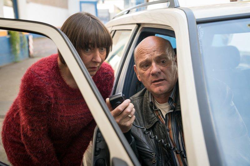 Rita (Steffi Kühnert, l.) und Henry Schmidt (Ulrich Gebauer, r.) führen gemeinsam ein Taxiunternehmen. Doch ihr großes Geld verdienen sie mit Heiratsschwindel und anderen Betrügereien. Bis zu einem dramatischen Vorfall läuft ihr Familiengeschäft reibungslos. Plötzlich ist ihr Sohn Hauptverdächtiger in einem Mordfall. – Bild: ZDF und Thomas Kost.