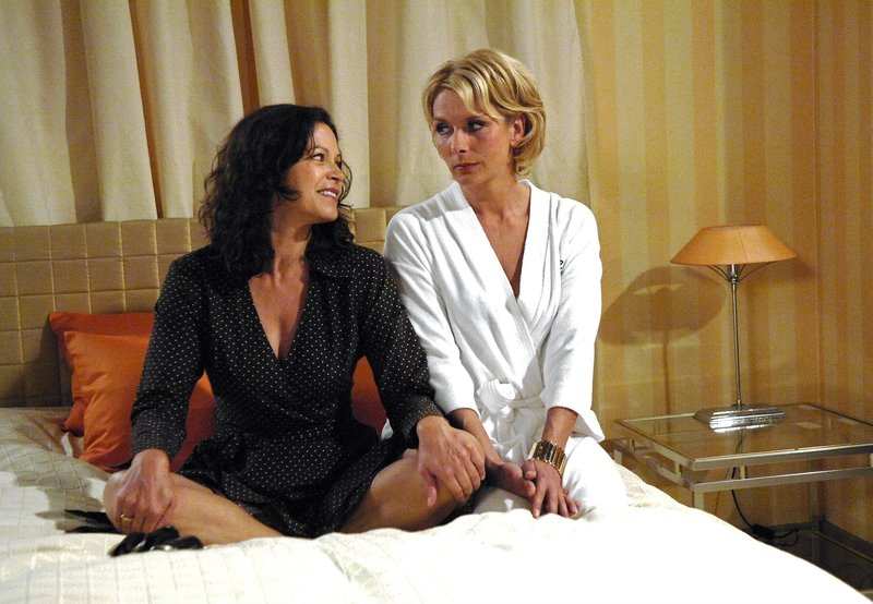 Petra (Angela Roy, l.) denkt, dass Alice (Janette Rauch, r.) sie verkuppeln möchte. – Bild: ARD/Nicole Manthey