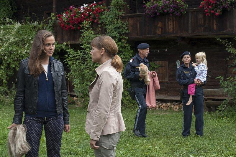 v.l.n.r.: Natascha Kosenko (Elisa Plüss), Karin Kofler (Kristina Sprenger) und Komparsen – Bild: ZDF und Stefanie Leo