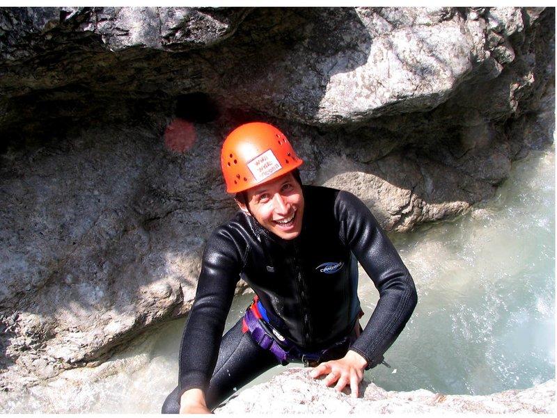 Willi springt ins eiskalte Gletscherwasser! Natürlich mit Neoprenanzug und Helm und unter der Anleitung von Profis. – Bild: BR/megaherz gmbh