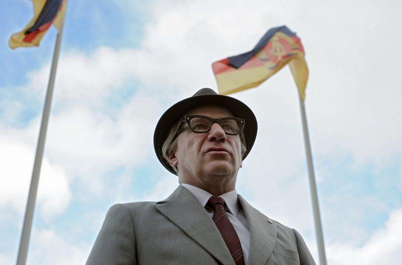 Erich Honecker (Jörg Schüttauf) will die Republik feiern. – Bild: ARD Degeto/Crazy Film/Nadja Klier