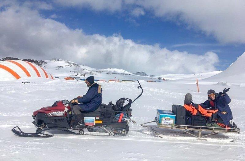 Ruben Günther und Lars Pfeiffer transportieren Forschungsequipment mit dem Skidoo. In der unerbittlichen Kälte von King George Island ist jede Arbeit mühselig. – Bild: arte