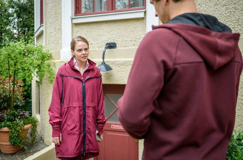 Entschieden versucht Lucy (Jennifer Siemann, l.), Paul (Sandro Kirtzel, r.) ihren Standpunkt klarzumachen. – Bild: ARD/Christof Arnold