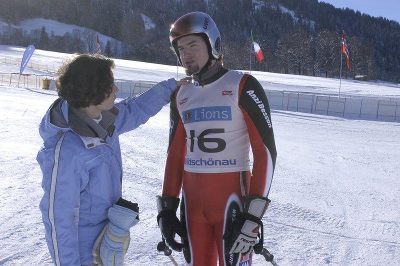 Der gehörlose Skifahrer Maschek (Florian Gravogl) und seine Dolmetscherin Monika Zangerl (Katina Lair). – Bild: ZDF und Laurent Trümper