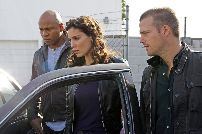 """Missing -- Special Agent Sam Hanna (LL COOL J )(l), Special Agent Kensi Blye (Daniela Ruah)(m) and Special Agent Callen (Chris O'Donnell)(r), rush to a crime scene after receiving an """"agent needs assistance"""" page and learns that one of their own is in peril, on NCIS: LOS ANGELES, Tuesday, January 26 (9:00-10:00 PM, ET/PT) on the CBS Television Network. Photo: Sonja Flemming/CBS ©2009 CBS Broadcasting Inc. Television. All Rights Reserved. – Bild: CBS Studios Inc. All Rights Reserved. / Sonja Flemming Lizenzbild frei"""