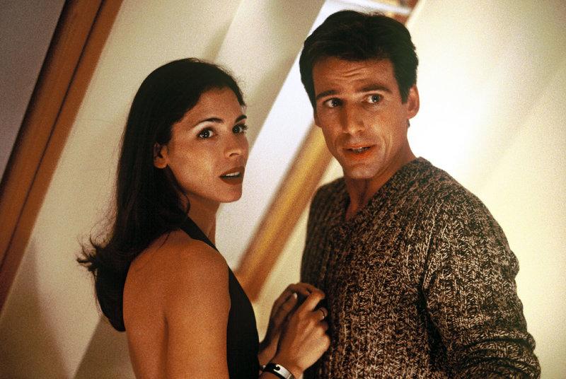 Nina Jansen (Katja Woywood, l.) und Ben Ivaldi (René Steinke, r.). – Bild: Puls 8
