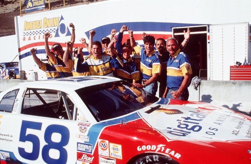 Mitch (David Hasselhoff, M.) wird an Damons Stelle ein Rennen fahren. Die Teamkollegen finden das Klasse! – Bild: Nitro.