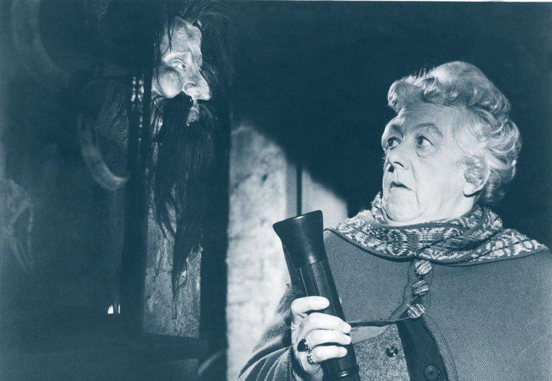 Hobbydetektivin Miss Marple (Margaret Rutherford) entdeckt bei ihrem neusten Fall so einige Kuriositäten. Anscheinend hat der Verdächtigte einen geheimen Raum mit seltsamen Schätzen ... – Bild: Warner Brothers Lizenzbild frei