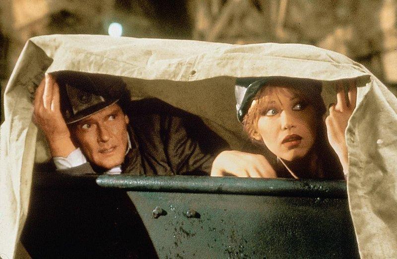 James Bond und die huebsche Stacey Sutton muessen im Kampf gegen einen machtluesternen Grossindustriellen eine gefaehrliche Situation meistern. – Bild: ServusTV