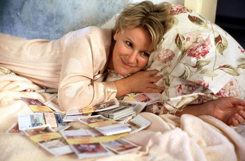 Helen (Mariele Millowitsch) kann es nicht fassen: In der Wohnung ihres abtrünnigen Mannes hat sie einen Koffer voller Geld gefunden! – Bild: Sat.1 Eigenproduktionsbild frei