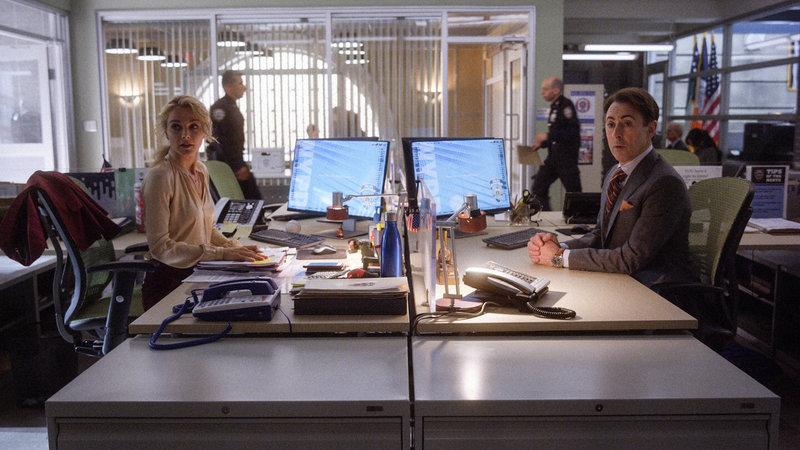 L-R: Det. Lizzie Needham (Bojana Novakovic), Dr. Dylan Reinhart (Alan Cumming) – Bild: TNT Series (DE) / 2017 CBS BROADCASTING INC. ALL RIGHTS RESERVED.