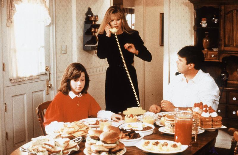 Jessie (Alyson Hannigan, l.) und Steve (Dan Aykroyd, r.) wundern sich über die ungewöhnlichen Fähigkeiten von Celeste (Kim Basinger, M.). – Bild: ZDF und SevenOne