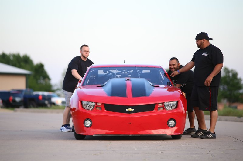 Ryan Martin's crew preps the Fireball Camaro. – Bild: Discovery Communications