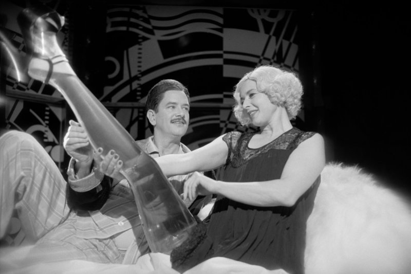Mit Begeisterung begutachtet Lady Port-Huntly (Isabella Rossellini) zusammen mit Chester Kent (Mark McKinney) ihre neue Beinprothese aus Glas. – Bild: ZDF und Peter Rohde