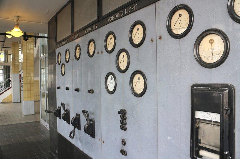 Die Van Nelle Fabrik in Rotterdam gehört seit 2014 zum UNESCO-Welterbe. Technik im Eingangsbereich demonstriert Fortschritt und Modernität. – Bild: BR/SWR/Holger Schüppel
