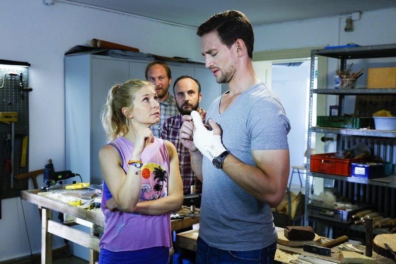 Jenny (Birte Hanusrichter), Thomas Seidel (Thilo Prothmann, 2.v.l.) und Ralf (Michael Krabbe), bemitleiden Max (August Wittgenstein, r.), der sich den Finger verletzt hat. – Bild: RTL
