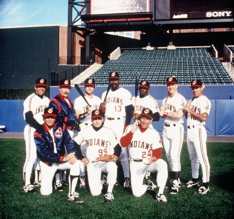 Für die Cleveland Indians und ihre Stars Rick Vaughn (Charlie Sheen, M. vorne), Taylor (Tom Berenger, l. vorne) und Roger Dorn (Corbin Bernsen, r. vorne) geht es um das Bestehen in der Baseballoberliga ... – Bild: Warner Bros. Lizenzbild frei