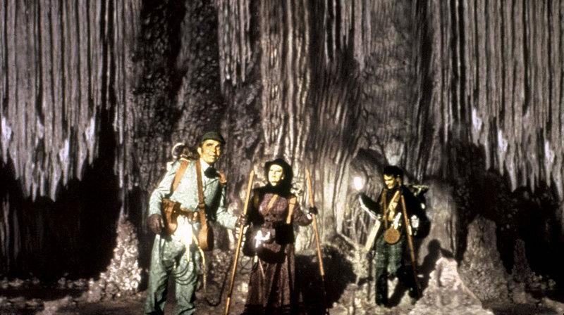 Professor Oliver Lindenbrook (James Mason, links) und sein Student Alec McEwen (Pat Boone, rechts) begeben sich gemeinsam mit Carla Goetaborg (Arlene Dahl) auf eine abenteuerliche Expedition ins Innere der Erde. – Bild: MDR/20th Century Fox
