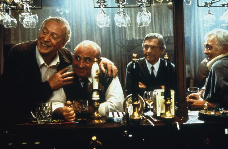 """Ganz gleich, was (v.l.n.r.) Jack (Michael Caine), Ray (Bob Hoskins), Vic (Tom Courtenay) und Lenny (David Hemmings) tagsüber tun, ihren Feierabend verbringen sie im """"Coach & Horses"""". Als Jack verstirbt, beschließen die verbliebenen Freunde, seine Asche im Meer zu verstreuen ... – Bild: COLUMBIA TRISTAR"""