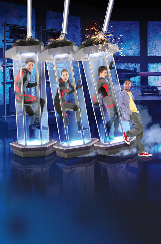 """Just as Leo settles into the high-tech home he shares with his inventor stepdad, Donald Davenport, his mom, Tasha, and Eddy, the """"smart house"""" computer, he discovers a secret underground lab with three experiments, super-human teens: Adam the strong one, Bree the fast one and Chase the smart one. – Bild: Disney Media Distribution"""