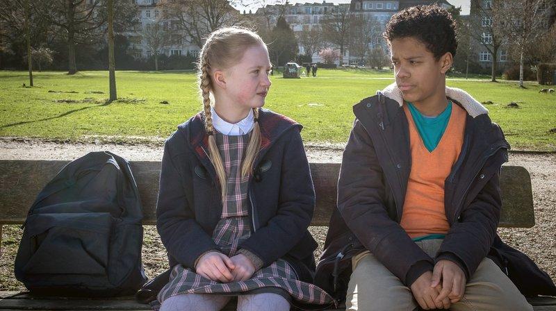 Tayo (Samuel Adams) kümmert sich rührend um Maja (Linnea Stolzenburg) – Bild: NDR/Boris Laewen