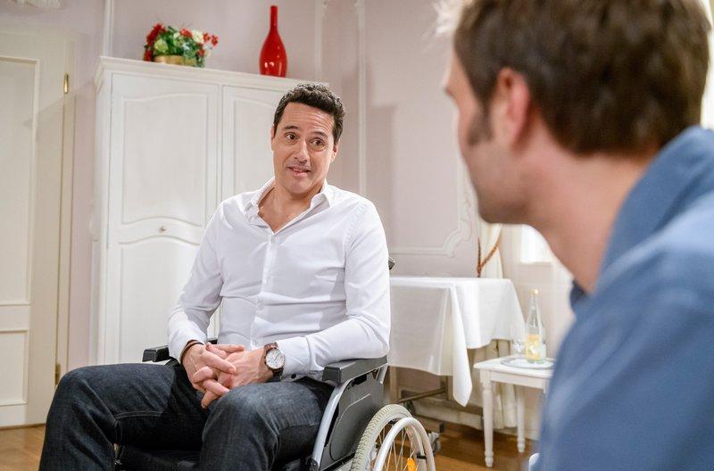 Dirk (Markus Pfeiffer, l.) verspricht Steffen (Christopher Reinhardt, r.), dass er ihn nie wieder in so eine Lage bringen wird. – Bild: ARD/Christof Arnold