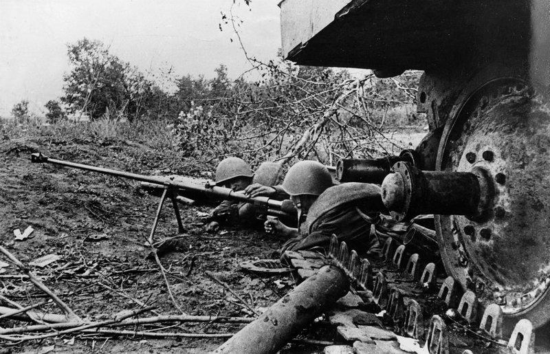 Rotarmisten bei der Schlacht von Kursk, 1943. – Bild: ZDF und Mauritius Images./Mauritius Images