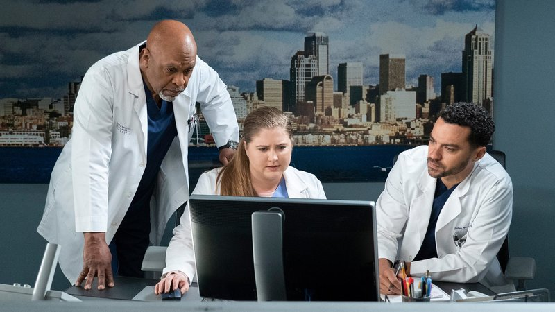 Grey's Anatomy Staffel 15 Folge 18 Teamwork am Computer: James Pickens Jr. als Dr. Richard Webber, Jaicy Elliot als Dr. Taryn Helm, Jesse Williams als Dr. Jackson Avery Copyright: SRF/ABC Studios – Bild: SRF/ABC Studios