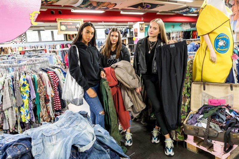 Cheyenne Ochsenknecht (r.) zusammen mit ihren Shoppingbegleitungen Luluu und Jada (l.) – Bild: TVNOW / Andreas Friese