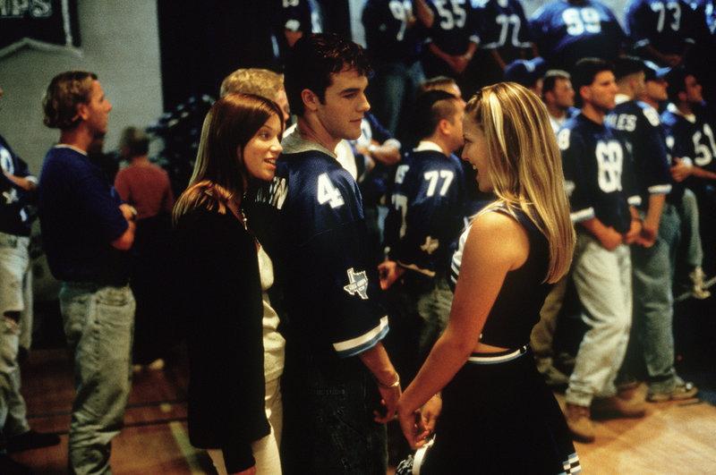 Football ist ihr Leben: Jules (Amy Smart, l.) und Darcy (Ali Larter, r.). Nur Jonathan (James Van Der Beek, M.) hat ein sehr gespaltenes Verhältnis zu dieser rüden Sportart ... – Bild: Puls 8