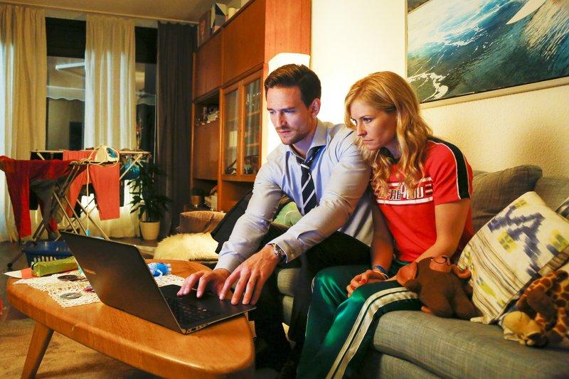 Max (August Wittgenstein) zeigt Jenny (Birte Hanusrichter) ein Beweisvideo, das den Fall in ein neues Licht rückt. – Bild: RTL