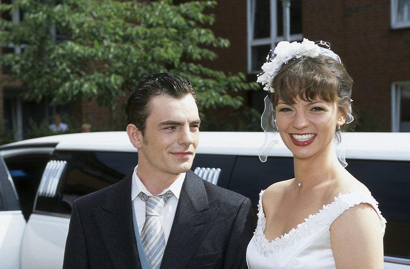 Homann (Pierre-René Müller) und Cora (Viola Wedekind) auf dem Weg zu ihrer Hochzeit. – Bild: ZDF und Boris Laewen