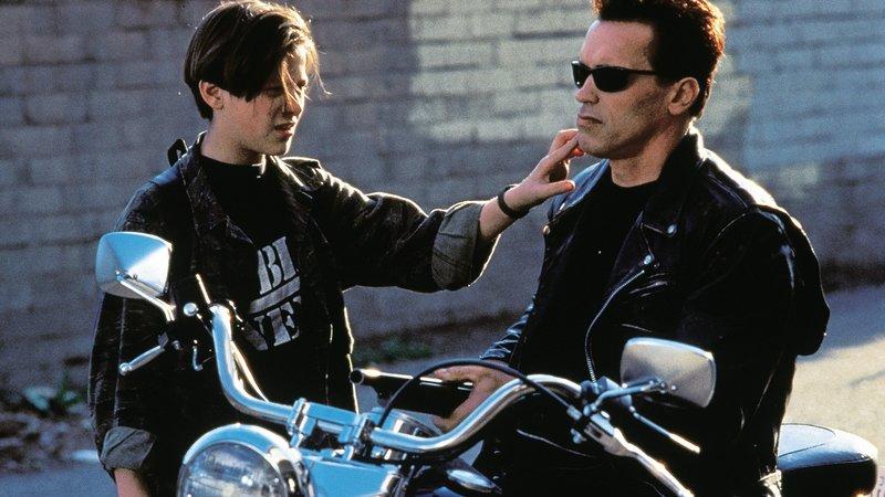 John (Edward Furlong, li.) mit dem Terminator (Arnold Schwarzenegger)John (Edward Furlong, li.) mit dem Terminator (Arnold Schwarzenegger) – Bild: RTL Zwei