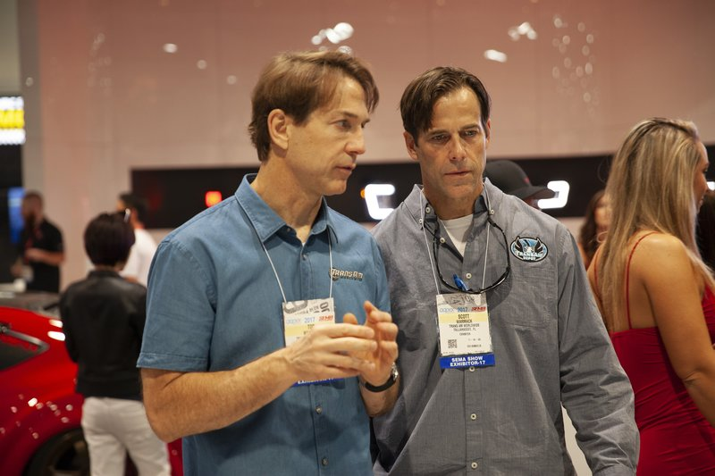 Tod and Scott Warmack have serious discussion at SEMA. – Bild: Discovery Communications