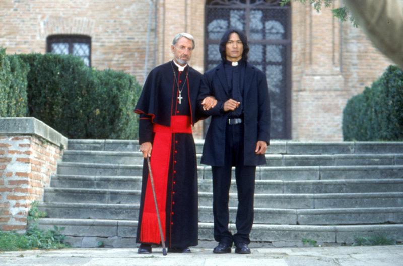 Zusammen mit dem alten Priester (David Gant, l.) versucht der Vampirjäger Pater Uffizi (Jason scott Lee, r.) zu verhindern, dass Dracula erneut sein Unwesen treibt! – Bild: Neo Art & Logic Lizenzbild frei