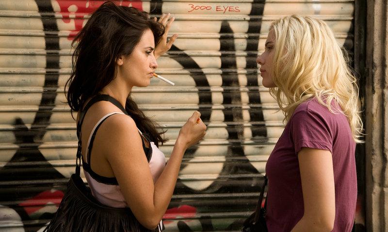 Vicky et Cristina sont d'excellentes amies, avec des visions diamétralement opposées de l'amour : la première est une femme de raison, fiancée à un jeune homme respectable ; la seconde, une créature d'instincts, dénuée d'inhibitions et perpétuellement à la recherche de nouvelles expériences sexuelles et passionnelles. Lorsque Judy et Mark, deux lointains parents de Vicky, offrent de les accueillir pour l'été à Barcelone, les deux amies acceptent avec joie : Vicky pour y consacrer les derniers mois de son célibat à la poursuite d'un master ; Cristina pour goûter un changement de décor et surmonter le traumatisme de sa dernière rupture. Un soir, dans une galerie d'art, Cristina «flashe» pour le peintre Juan Antonio, bel homme à la sensualité provocante. Son intérêt redouble lorsque Judy lui murmure que Juan Antonio entretient une relation si orageuse avec son ex-femme, Maria Elena, qu'ils ont failli s'entre-tuer. Plus tard, au restaurant, Juan Antonio aborde Vicky et Cristina avec une pr – Bild: ZDF und Victor Bello