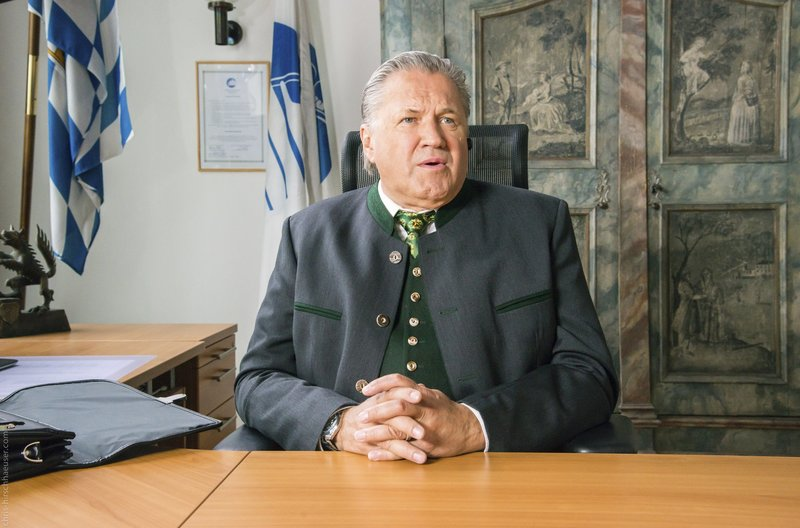 Am Ziel seiner Träume: Girwidz (Michael Brandner) ist Bürgermeister. – Bild: ARD/TMG/Marco Meenen