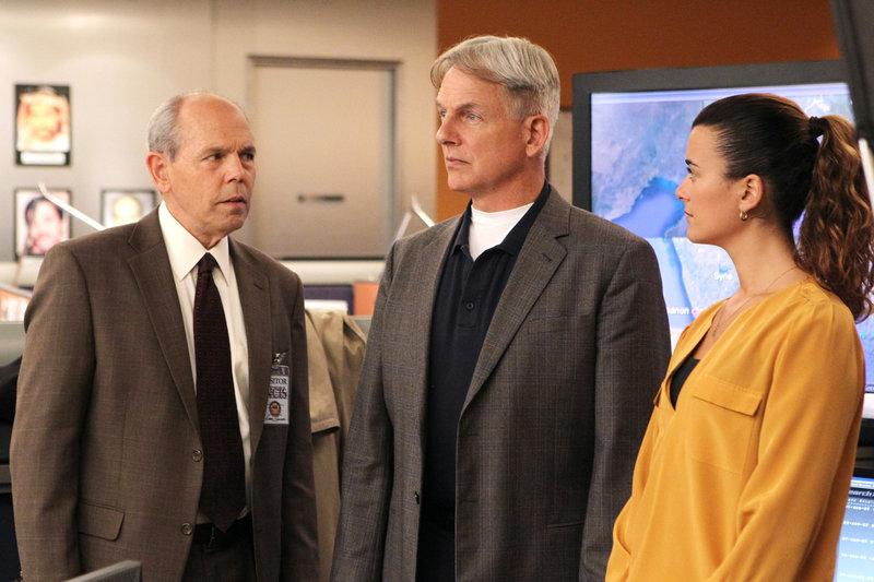Ermitteln gemeinsam mit FBI-Agent Fornell (Joe Spano, l.): Gibbs (Mark Harmon, M.) und Ziva (Cote de Pablo, r.) ... – Bild: CBS Television