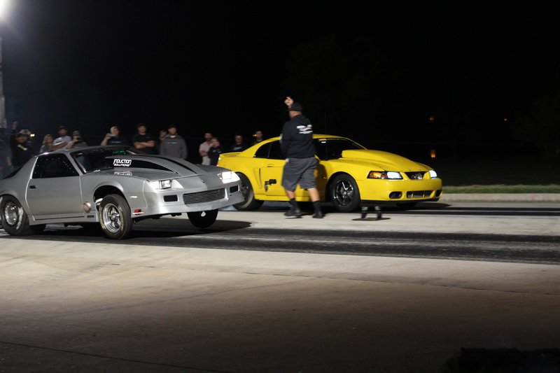 Derek and Boosted racing on race night. – Bild: Discovery Channel / Discovery Communications