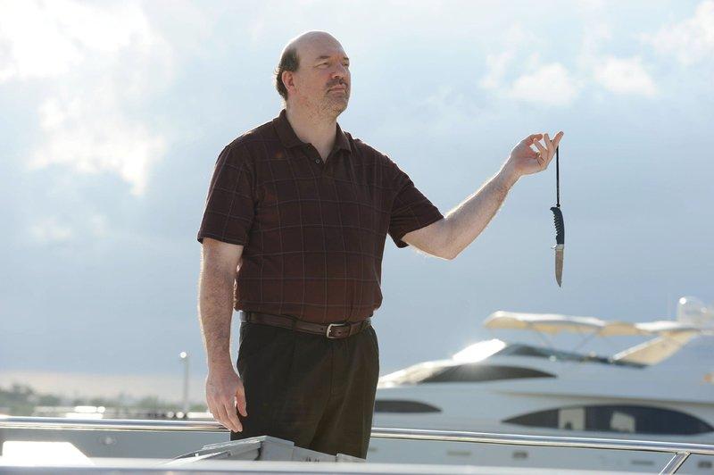 Mike Ogletree (John Carroll Lynch), der zur Unterstützung von Jims Emittlungen kurzzeitig aus dem Gefängnis entlassen wurde, findet ein Messer auf dem Boot. Handelt es sich um die Mordwaffe? – Bild: MG RTL D