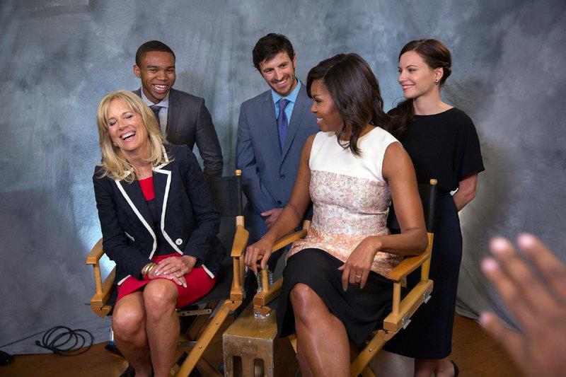 Es gibt eine große Überraschung für die Belegschaft der Nachtschicht, denn First Lady Michelle Obama (vorne rechts) bedankt sich bei ihnen für ihre großartige Arbeit. V.l.: Dr. Jill Biden, Robert Bailey Jr., Eoin Macken, First Lady Michelle Obama, Jill Flint – Bild: MG RTL D / Sony Television Inc.