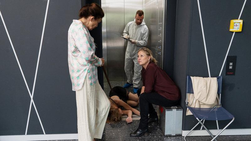 Die Chefin Schöner Schein Tatja Seibt als Dr. Inge Rüders (l.), Katharina Böhm als Vera Lanz (r.) SRF/ZDF/Michael Marhoffer – Bild: SRF1