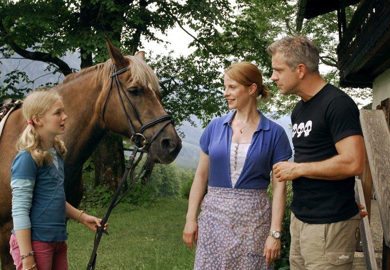 Der Makler Alexander (Florian Fitz) versucht, sich bei Bettina (Julia Jäger) und ihrer Tochter Lisa (Karla Leipold) einzuschmeicheln. – Bild: SWR/ARD Degeto/Hans Seidenabel
